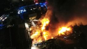 Cháy dữ dội kho sơn tại quận 4 lúc nửa đêm