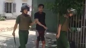 Gần 10 cảnh sát tiếp cận người đàn ông cầm dao tự cứa cổ mình