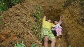 Sự thật cảm động đằng sau việc người cha đào huyệt để sống cùng con gái nhỏ