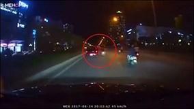 3 thanh niên đi xe máy nhận cái kết bất ngờ sau cú tạt đầu ô tô