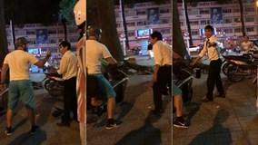 Sau va chạm, anh Tây chở bạn gái bẻ gương và đánh tài xế taxi ở Sài Gòn
