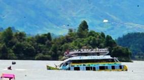Khoảnh khắc tàu du lịch chở 170 hành khách chìm xuống hồ sâu ở Colombia