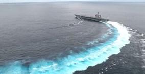 """Tàu sân bay trăm nghìn tấn """"khiêu vũ"""" trên mặt biển"""