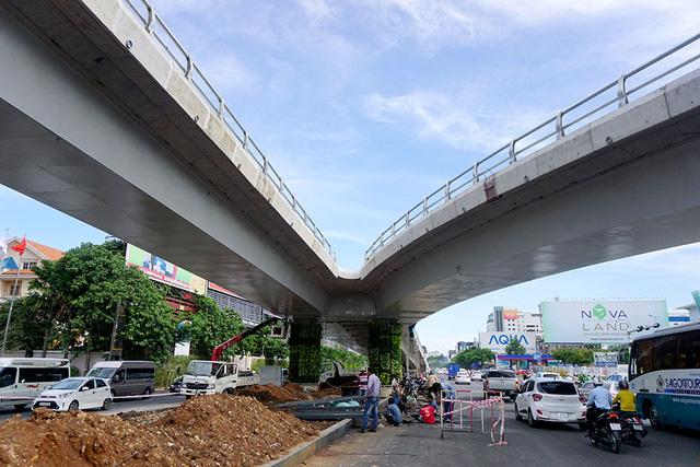 Ngoài trồng cây, hoa, các trụ cầu vượt được phủ cây xanh tạo nên vẻ mềm mại cho cây cầu.