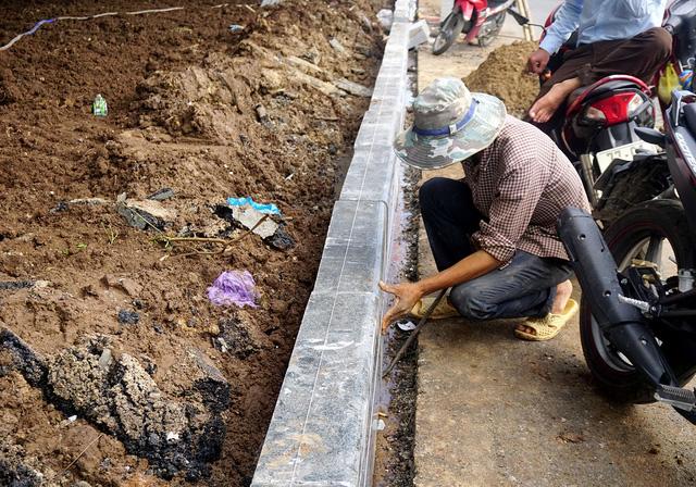 Công nhân lắp đặt các tảng đá lan can khu khuôn viên trước nhà ga quốc nội.