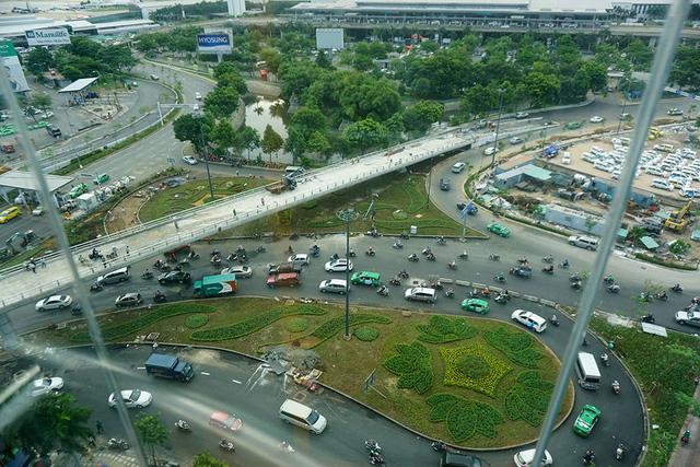 Khuôn viên, tiểu cảnh khu vực trước cổng sân bay đã được trồng cây xanh, hoa, thảm cỏ... với những hình họa khác nhau.