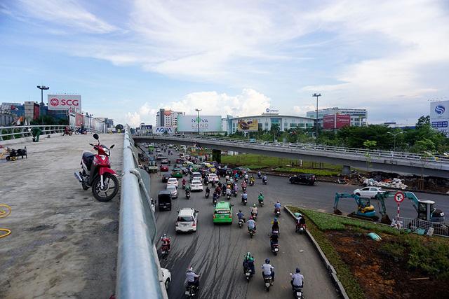 Cầu vượt chữ Y nằm ở nút giao thông Trường Sơn - Tân Sơn Nhất - Bình Lợi - Vành đai ngoài, quận Tân Bình, TPHCM, nhằm giải quyết tình trạng kẹt xe ngày càng nghiêm trọng ở khu vực này.