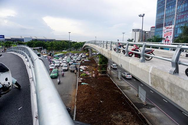 Cầu vượt chữ Y gồm một nhánh dẫn vào nhà ga quốc tế dài hơn 300m, một nhành dẫn vào ga quốc nội dài hơn 150m