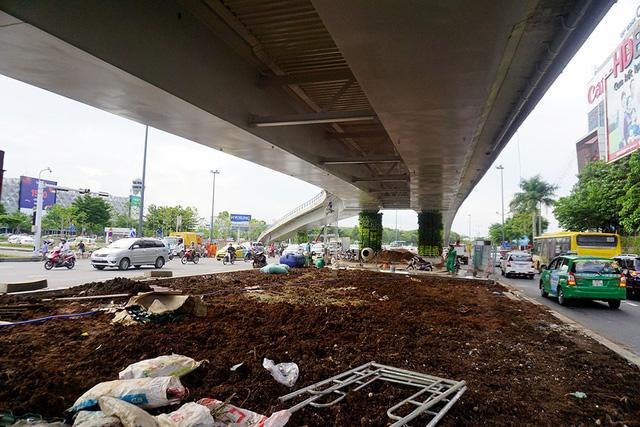 Cầu vượt hình chữ Y ở cửa ngõ sân bay Tân Sơn Nhất bắt đầu hoàn thành những hạng mục cuối cùng.