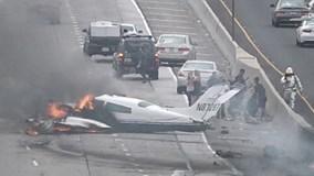 Máy bay lao xuống đường cao tốc Mỹ bốc cháy ngùn ngụt