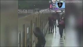 Những kẻ táo tợn sẵn sàng lao qua cửa sổ tàu điện đang chạy để cướp tài sản