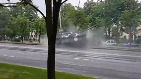 Xe tăng trượt hy hữu trên phố, đâm sầm vào cột đèn và cây