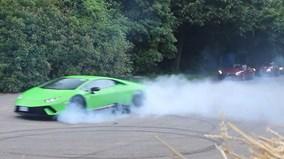 """Xem loạt siêu xe """"khủng"""" biểu diễn """"đốt lốp"""" tại Goodwood 2017"""
