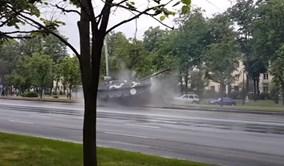 Xe tăng T-72 suýt lật sau cú đâm cột điện