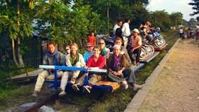Vi vu trên tàu tre độc đáo ngắm cảnh Campuchia