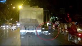 Dính vào điểm mù xe tải, đôi nam nữ đi xe máy suýt mất mạng