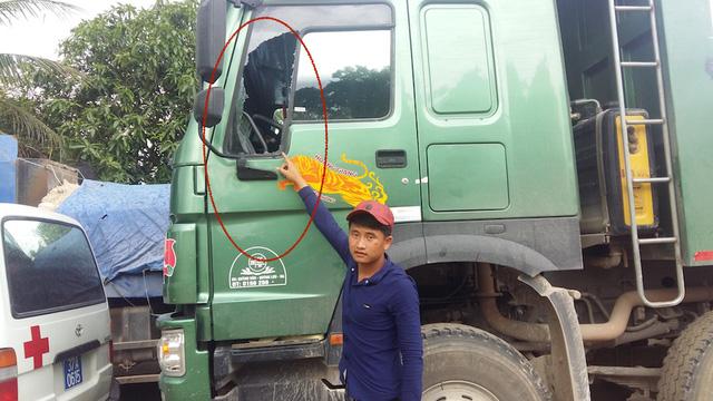 Tài xế xe tải chỉ vị trí kính bị chém vỡ.