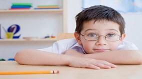 Bị tật cận thị không nên ngồi bàn đầu