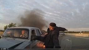 Đạp cửa kính ôtô cứu người khỏi đám cháy