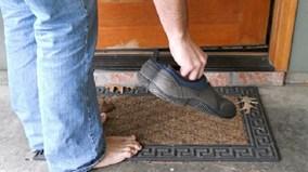 Tại sao không nên mang giày dép vào trong nhà?