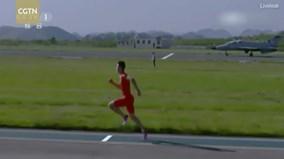 Chàng trai thi chạy 50 m với máy bay chiến đấu