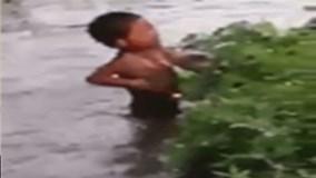 Clip mẹ dìm con xuống bùn ở Trung Quốc gây phẫn nộ cộng đồng mạng