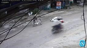 Gây tai nạn, người phụ nữ đi xe đạp dửng dưng bỏ đi như không có gì
