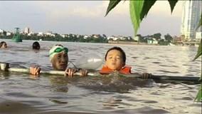 Cặp đôi ông cháu thích thú đi bơi khi nước sông Hồng lên cao
