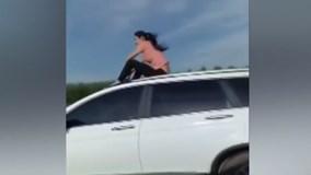 """""""Nổi tiếng"""" nhờ ngồi lên nóc ô tô đang chạy"""