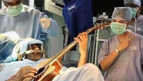 Nằm chơi Guitar trong lúc đang được phẫu thuật não