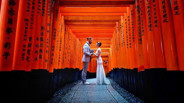 Cặp đôi tới ngôi đền thiêng ở Kyoto, Nhật Bản