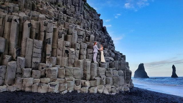 Một đám cưới khác tổ chức trên những vách đá đẹp tuyệt ở Iceland