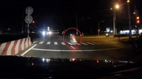 Vượt đèn đỏ với tốc độ nhanh, xe máy gây tai nạn