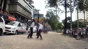 """Tài xế và điều hành taxi """"đấu võ"""" kịch liệt giữa phố Sài Gòn"""