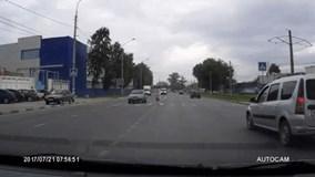 Cô gái sang đường bị chiếc mô tô không người lái đâm trúng, ngã sấp mặt