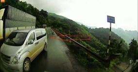 Ô tô 7 chỗ vượt ẩu trên đường đèo trơn, suýt gây tai nạn thảm khốc