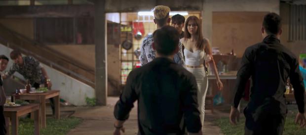 Ngọc Trinh chở bạn trai bỏ trốn, một mình chống lại cả băng đảng - Ảnh 7.