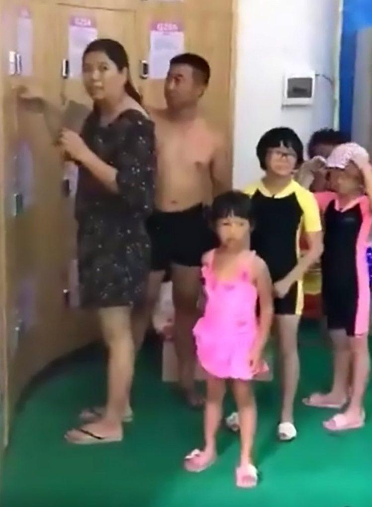 Nhẫn tâm nhốt con nhỏ trong tủ đồ, cha mẹ vô tư đi bơi-1