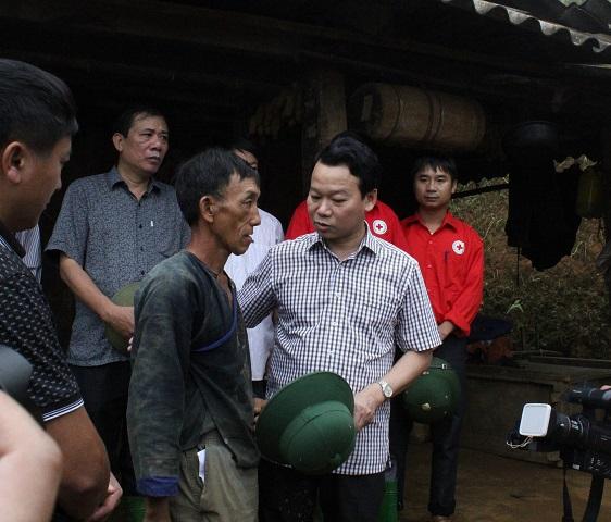 Ông Đỗ Đức Duy - Chủ tịch UBND tỉnh Yên Bái - tới chia buồn và tặng tiền hỗ trợ gia đình ông Mùa A Sính.