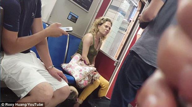 Video cô gái bạo hành, cắn chó cưng trên tàu điện ngầm-1