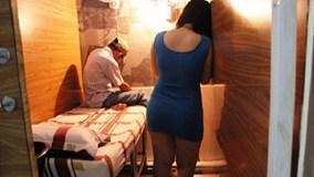Đột kích tiệm cắt tóc, bắt quả tang nữ nhân viên 20 tuổi kích dục khách
