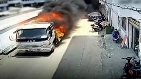 Video người hùng lái xe tải đang bốc cháy lao ra khỏi toà nhà gây sốt