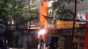 Hoảng hồn cột điện cháy nổ như pháo hoa trên phố Hà Nội