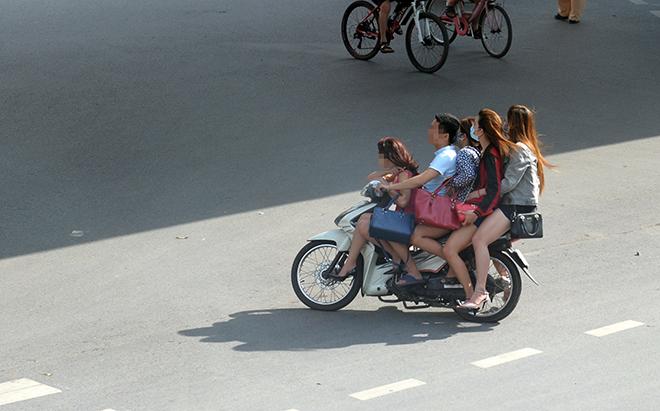"clip: quai xe kep ""chan dai"", mac cung nhu khong phong nhu bay tren pho hinh anh 11"