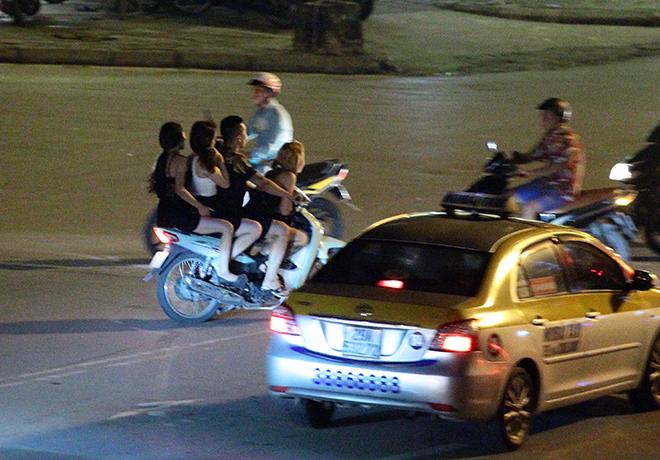 "clip: quai xe kep ""chan dai"", mac cung nhu khong phong nhu bay tren pho hinh anh 6"