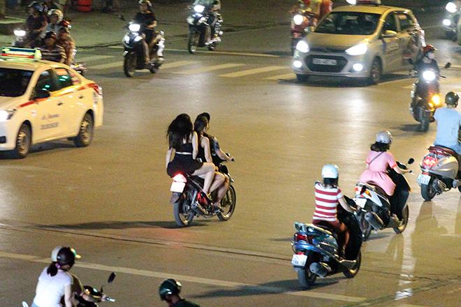"clip: quai xe kep ""chan dai"", mac cung nhu khong phong nhu bay tren pho hinh anh 10"