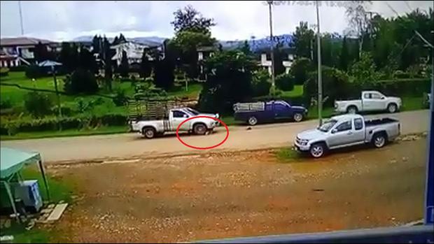Trẻ 15 tuổi lùi xe ô tô rồi bất ngờ đâm phải đôi vợ chồng đi bộ trên đường - Ảnh 3.