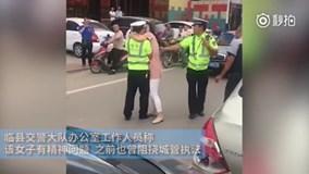 Đang làm nhiệm vụ, chàng cảnh sát trẻ bị cô gái lạ lao tới cưỡng hôn