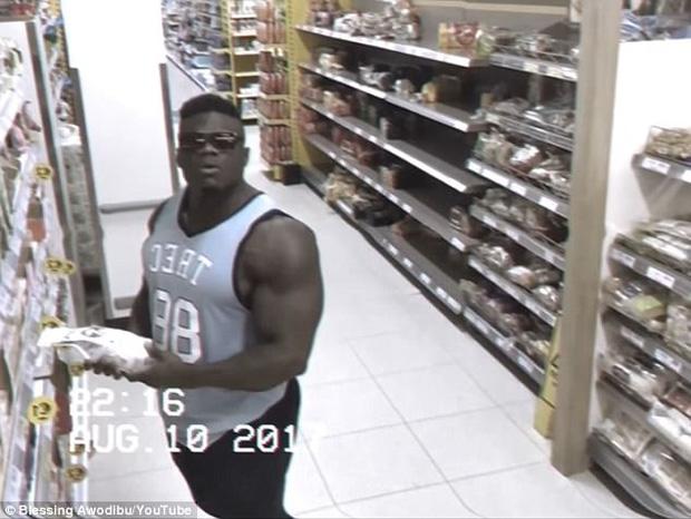 Thấy ống kính camera, anh chàng cơ bắp liền tạo dáng thách thức cả thế giới - Ảnh 3.