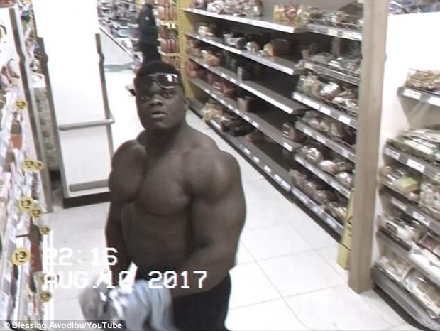 Thấy ống kính camera, anh chàng cơ bắp liền tạo dáng thách thức cả thế giới - Ảnh 4.